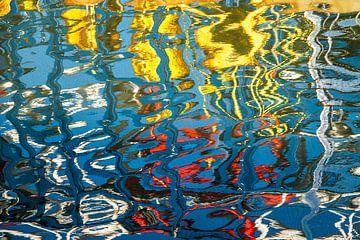 Reflexion im Wasser des Hafens