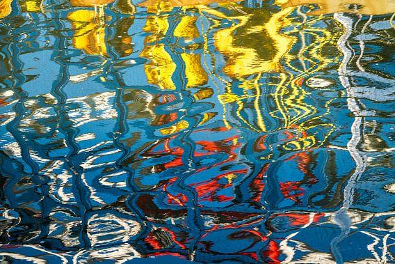 Reflectie in het water van de haven