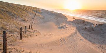 Sonnenuntergang vom Meeresstreifen aus von Arjan van Duijvenboden