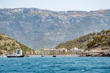 Uitzicht over Port de Sóller vanaf het water van Evelien Oerlemans