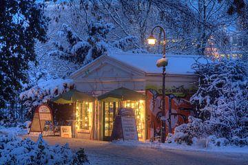Altes Bäckerei Häuschen in den Wallanlagen im Winter mit Schnee bei Abenddaemmerung, Bremen, Deutsch