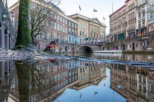Oudegracht Utrecht met stadhuis en spiegeling