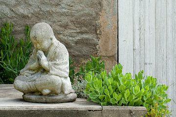 Foto van een stenen Buddha beeld, zittend van Andie Daleboudt
