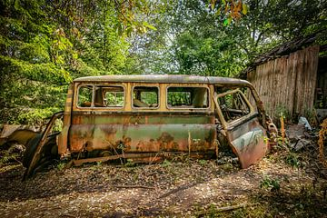 Oude oldtimer in het bos van Robert Van den Bragt