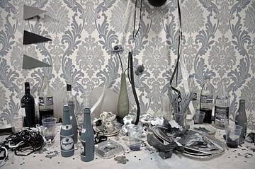 Schwarz-weißes Stillleben mit verschiedenen Schnapsflaschen und Girlanden von Gert Bunt