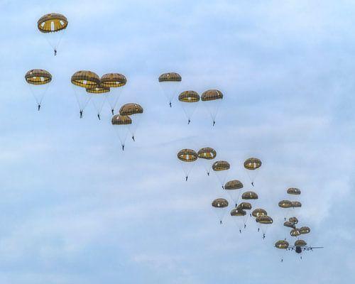 Parachutisten in de lucht van