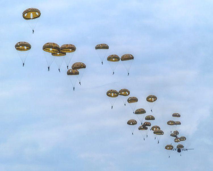 Parachutisten in de lucht van Joost Lagerweij