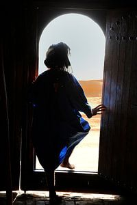In het zuiden van Marokko stapt een man van de Toearegs naar buiten, de woestijn in.