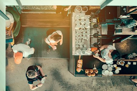 Bezoekers  in café van Arnold Reyneveld