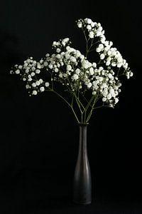 Stilleven met witte bloemen in bronzen vaas van Felix Sedney