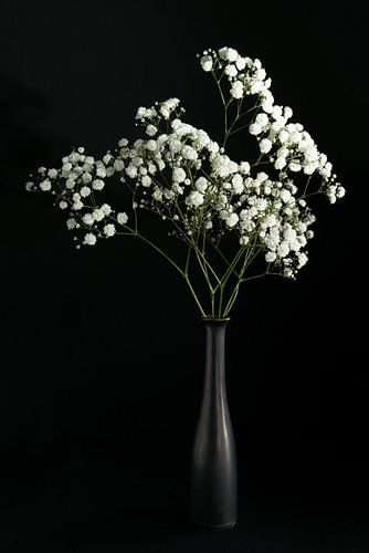 Stilleven met witte bloemen in bronzen vaas