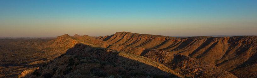 West MacDonnell Ranges zonsondergang van Tessa Louwerens