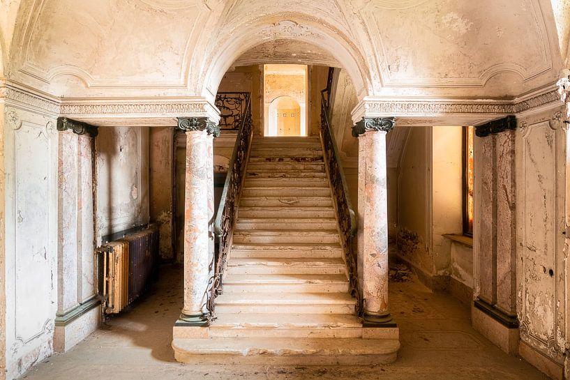 Stilvolle, verlassene Treppe. von Roman Robroek