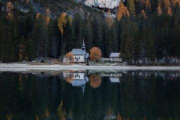 Réflexion d'église à Lago di Braies- Dolomites, Italie sur Thijs van den Broek