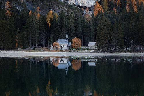 Reflectie van de kerk aan Lago di Braies - Dolomieten, Italië