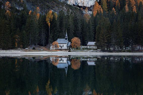 Reflectie van de kerk aan Lago di Braies (Dolomieten) van Thijs van den Broek