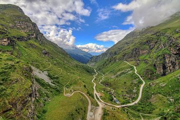 Het dal vanaf Lac de Moiry in Zwitserland von Dennis van de Water