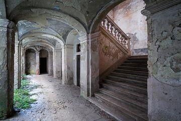 Verlassener Korridor mit Treppe. von Roman Robroek