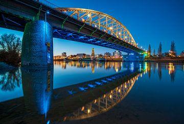 Blau gefärbte Arnheimer John-Frost-Brücke von Dave Zuuring