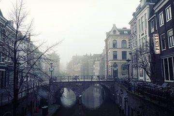 Maartensbrug in Utrecht gezien vanaf de Kalisbrug in de mist. von De Utrechtse Grachten