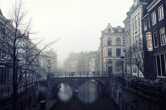 Maartensbrug in Utrecht gezien vanaf de Kalisbrug in de mist. van De Utrechtse Grachten