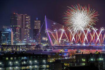 Foto van vuurwerk op de Erasmusbrug in Rotterdam van