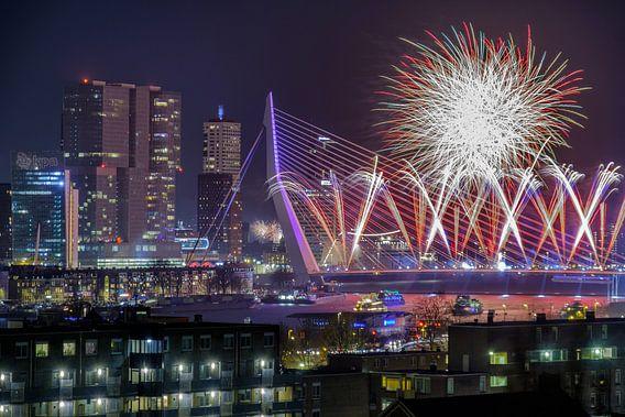 Foto van vuurwerk op de Erasmusbrug in Rotterdam van Mark De Rooij
