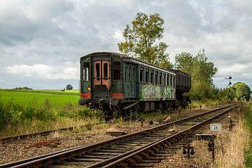 Afgedankt Treinstel bij Station Simpelveld von John Kreukniet
