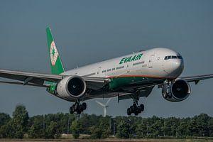 Boeing 777-300 de la compagnie aérienne taïwanaise EVA AIR juste avant d'atterrir sur la piste Polde