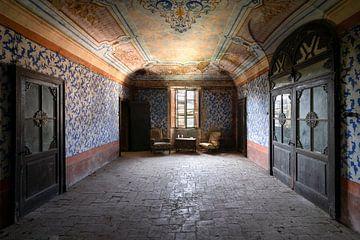 Chaises abandonnées dans la salle. sur Roman Robroek