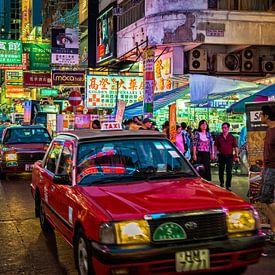 Straatbeeld in Hong Kong in de avond. van Ron van der Stappen