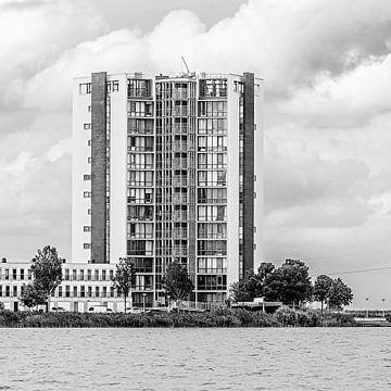 Landmark woontoren in Bergen op Zoom (zwart-wit) van Art by Jeronimo