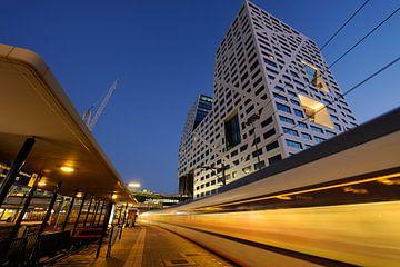 Stadskantoor gezien vanaf station Utrecht Centraal met vertrekkende trein sur Donker Utrecht