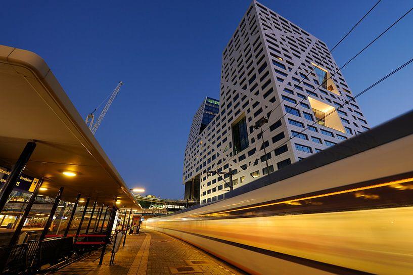 Stadskantoor gezien vanaf station Utrecht Centraal met vertrekkende trein van Donker Utrecht