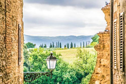 Toscaanse schoonheid, vanuit middeleeuws stadje uitkijken over de Toscaanse heuvels