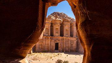 The Monastery, gezien vanaf een grot, in Petra (Jordanië) van Jessica Lokker