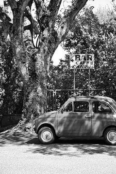 Oude Cinquecento op Italiaans pleintje van Chantal Koster