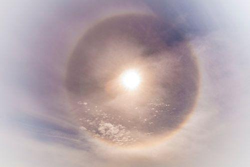 Noordpoolzon met een sterke halo