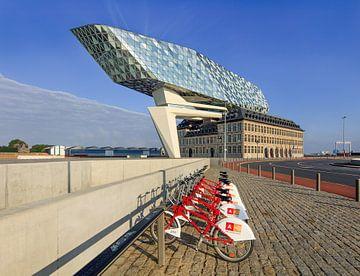 Anvers Port Maison contre le ciel bleu avec la station de vélo sur Tony Vingerhoets