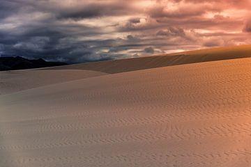Coucher de soleil dans les dunes sur Cynthia Hasenbos