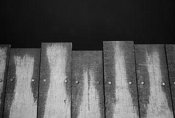Planken van de brug in zwart-wit van Anne van de Beek