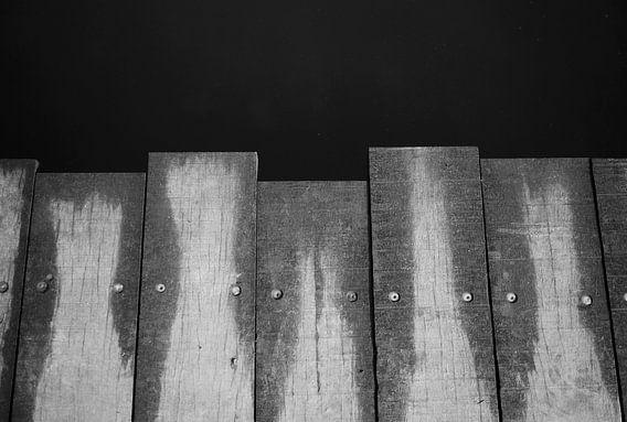 Planken van de brug in zwart-wit
