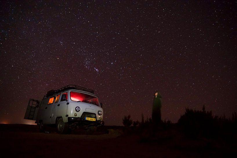 Sprookjesachtige sterrenhemel in de woestijn: het ultieme camperavontuur van Chris Heijmans