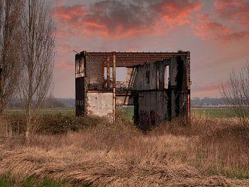 Verlassenes Industriegebäude in surrealistischer Landschaft von Robin Jongerden