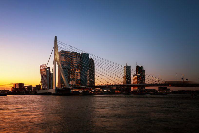 Panorama van de stad Rotterdam en de Erasmusbrug over de Nieuwe Maas bij zonsopkomst van Tjeerd Kruse