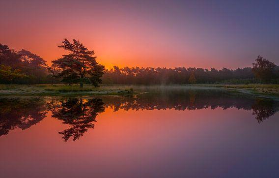 Zonsopkomst in de herfst ... van Marco van Dijk