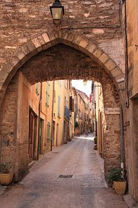 Mittelalterliches Tor in einer Straße eines französischen Dorfes