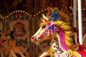 Paard op de draaimolen aan de Queen's Walk in Londen van Maurice Welling