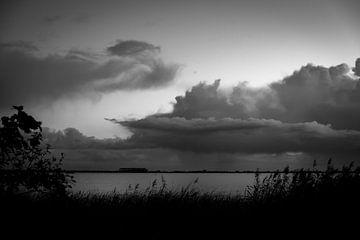 Wolkenlucht boven het Slotermeer van Peter Bouwknegt