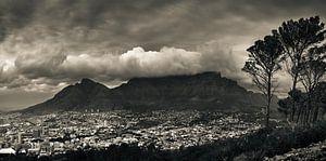De tafelberg bedekt in een wolkenpak, Kaapstad, Zuid Afrika. van Stef Kuipers